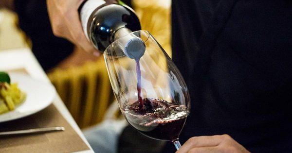 Sommelier belge qui sert du vin